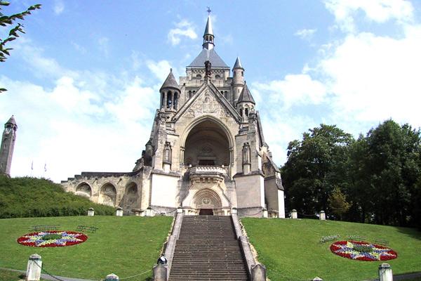 Chapelle de Dormans, son escalier et ses massifs fleuris