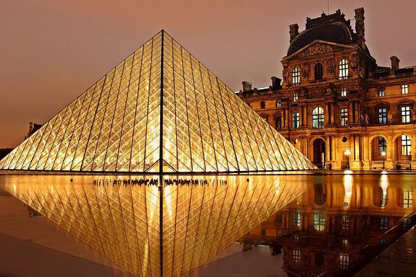 Vue du Louvre et de sa pyramide éclairée