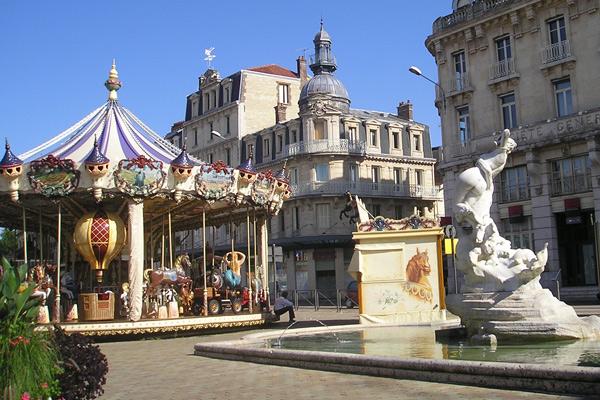 Place de la Ville de Troyes, avec une fontaine et un manège